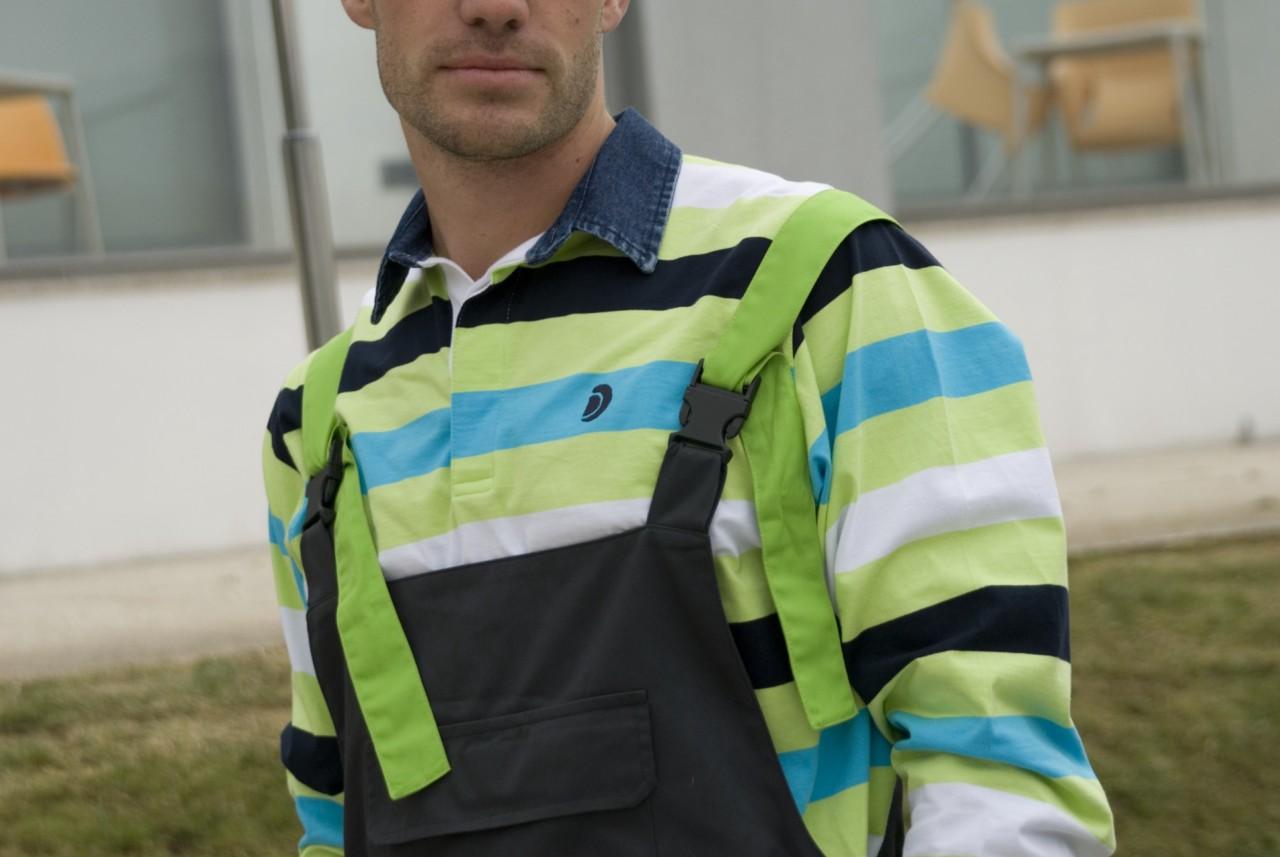 Multi-pocket man bib with contrasts